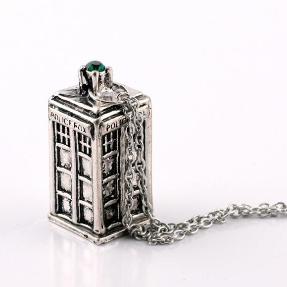 DR WHO FAME CALL BOX SILVER TARDIS NECKLACE